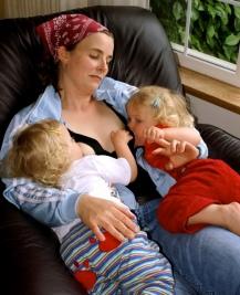 lactancia gemelos mellizos acostada