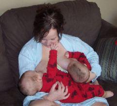 postura en paralelo lactancia con gemelos mellizos