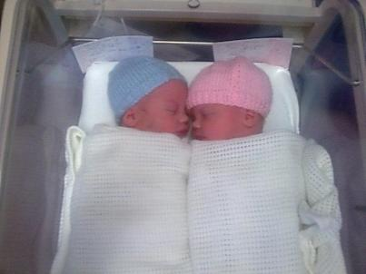 gemelos recien nacidos compartiendo cuna