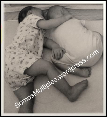 mellizos gemelos durmiendo abrazados